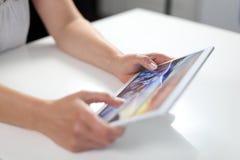 Vrouw met tabletpc in handen royalty-vrije stock foto