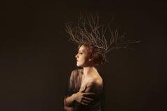 Vrouw met Takken als Creatief Hoofdstuk royalty-vrije stock fotografie