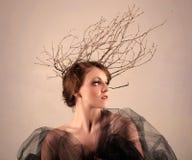 Vrouw met Takken als Creatief Hoofdstuk royalty-vrije stock afbeeldingen