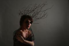 Vrouw met Takken als Creatief Hoofdstuk stock foto