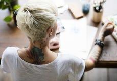Vrouw met Tatoegering het Schilderen Waterkleur Art Work Hobby Leisure Re stock afbeeldingen