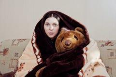 Vrouw met teddybeer stock foto