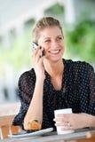 Vrouw met Telefoon Stock Afbeeldingen