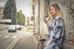 vrouw met telefoon stock foto's