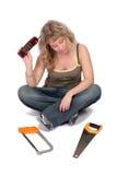 Vrouw met telefoon en zaag Stock Fotografie