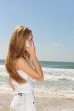Vrouw met telefoon op het strand Royalty-vrije Stock Foto's