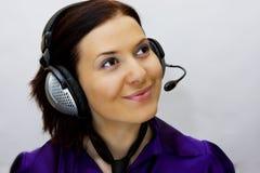 Vrouw met telefoonhoofden Stock Afbeeldingen