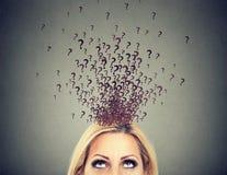 Vrouw met teveel vragen en geen antwoord stock afbeelding