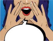 Vrouw met toespraakbel in retro pop-artstijl Meisje het gillen malplaatje grappige vectorillustratie Gezichts open mond Stock Afbeelding