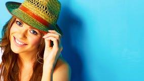 Vrouw met toothy glimlach wat betreft hoed royalty-vrije stock afbeelding