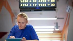 Vrouw met touchpad in de wachtkamer stock videobeelden