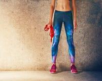 Vrouw met touwtjespringen stock foto
