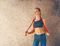 Vrouw met touwtjespringen royalty-vrije stock fotografie