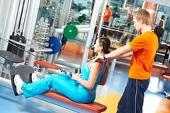Vrouw met trainer bij opleidingssimulator Stock Afbeeldingen