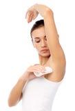 Vrouw met transpiratiewerende deodorant over wit stock fotografie