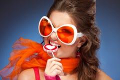 Vrouw met trendy glazen Stock Foto's