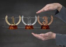 Vrouw met trofeeën op handen Royalty-vrije Stock Foto