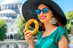 Vrouw met Turks ongezuurd broodje in Istanboel Royalty-vrije Stock Fotografie