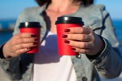 Vrouw met twee document koppen van koffie Royalty-vrije Stock Afbeeldingen
