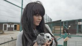 Vrouw met twee leuke konijnen stock video