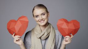 Vrouw met twee rode lage polydocument hartvormen stock video