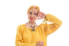 Vrouw met verdacht gezicht stock afbeeldingen