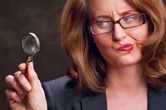 Vrouw met vergrootglas Stock Fotografie