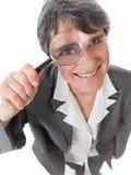 Vrouw met vergrootglas Stock Afbeeldingen