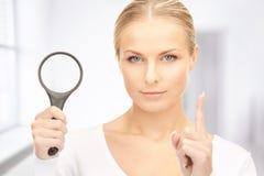 Vrouw met vergrootglas Royalty-vrije Stock Afbeelding