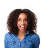Vrouw met verraste uitdrukking op gezicht Stock Foto's