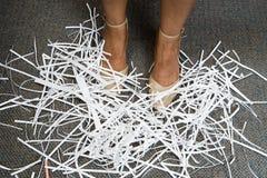 Vrouw met verscheurd document bij haar voeten royalty-vrije stock afbeeldingen