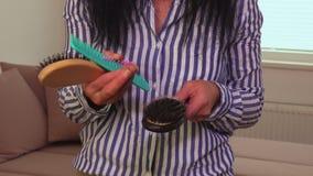 Vrouw met verschillend soort kammen in hun handen stock videobeelden