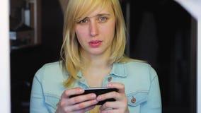 Vrouw met verschillende ogen die met smartphone, Heterochromia werken stock footage