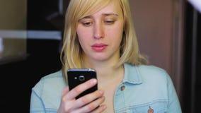 Vrouw met verschillende ogen die met smartphone, Heterochromia werken stock videobeelden