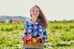 Vrouw met verse organische groenten van landbouwbedrijf Royalty-vrije Stock Foto's