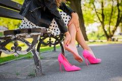 Vrouw met verwond been wegens ongemakkelijke schoenen stock afbeeldingen