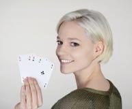 Vrouw met vier azen Stock Foto