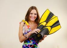 Vrouw met vinnen en snorkelend masker die pret hebben stock afbeelding