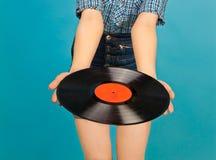 Vrouw met vinylverslag op blauwe achtergrond Royalty-vrije Stock Foto's