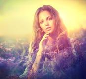 Vrouw met Violet Flowers Royalty-vrije Stock Foto's
