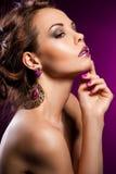 Vrouw met violette juwelen Stock Foto