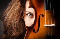 Vrouw met viool in dark Royalty-vrije Stock Afbeeldingen