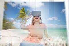 Vrouw met virtuele werkelijkheidshoofdtelefoon over strand Royalty-vrije Stock Foto