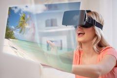 Vrouw met virtuele werkelijkheidshoofdtelefoon over strand Royalty-vrije Stock Foto's