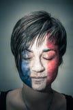 Vrouw met vlag van Frankrijk op gezicht en gesloten ogen Royalty-vrije Stock Foto's
