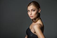 Vrouw met vlecht om hals royalty-vrije stock afbeeldingen