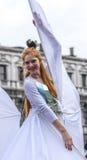 Vrouw met Vleugels die - Venetië Carnaval 2014 dansen Royalty-vrije Stock Afbeeldingen