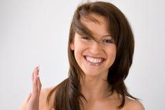Vrouw met vliegend haar op grijs Royalty-vrije Stock Foto