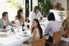 Vrouw met Vrienden die een Dinerpartij hebben thuis Royalty-vrije Stock Afbeelding