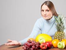 Vrouw met vruchten Royalty-vrije Stock Afbeeldingen
